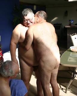 Homens pelados gay maduros, coroas, ursos e velhos gostosos – se beijando, solo, chupando pinto, chupando bunda, transando, etc.