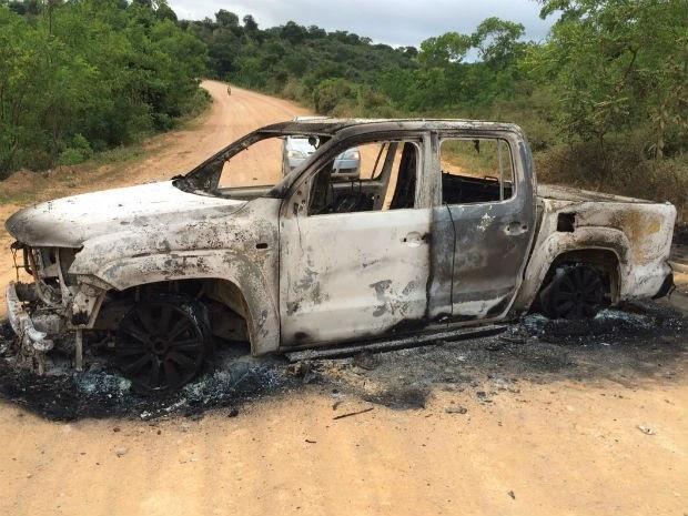 Carro foi incendiado junto com cofre que explodiram durante fuga, em uma estrada de terra (Foto: Mateus Araújo de Jesus/Divulgação)
