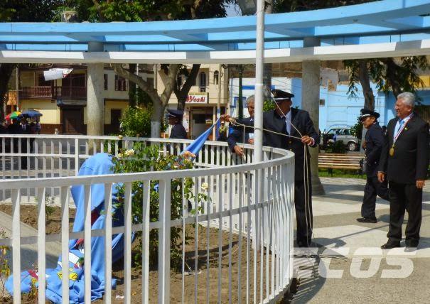 Bandera de Huacho cayó al suelo mientras alcalde Barba Mitrani la izaba