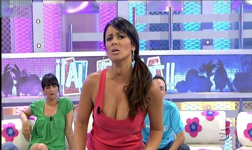 NANI GAITAN, Camiseta rosa con escotazo y faldita corta (26/07/10) (RESUBIDO)