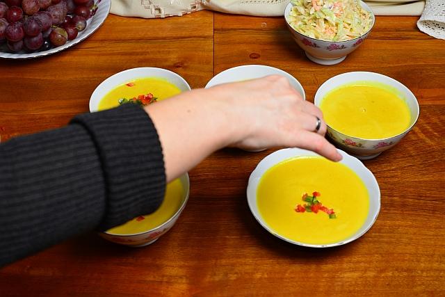 Zupa krem z kukurydzy przystrajanie papryką