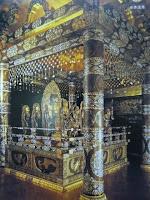 内陣は螺鈿細工・蒔絵などの漆工芸や精緻(せいじ)な彫金で荘厳され、平安仏教美術の最高峰をなしている。