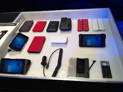 Accesorios de BlackBerry Z10 entre los que destaca la funda que nos recuerda a la Smart Cover de los iPad: plegable, protege la pantalla de golpes y arañazos, y sirve también para dar un soporte al dispositivo y que se mantenga erguido. Por lo que hemos podido ver, los habrá en colores rojo, blanco / grisáceo, y negro. A primera vista no parecen demasiado finas por lo que aumentarán el grosor del terminal, ya que no se adhieren mediante imanes, sino mediante una carcasa trasera superpuesta, que si ya de por sí aumenta el grosor, más lo hará si incluimos