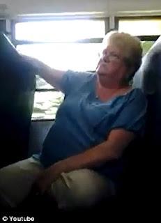 señora insultada por alumnos en un bus escolar