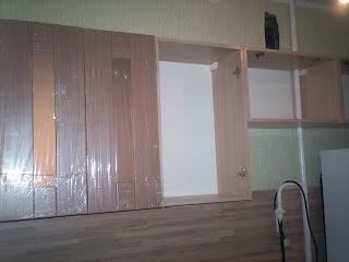 устанавливаем двери на навесные шкафы