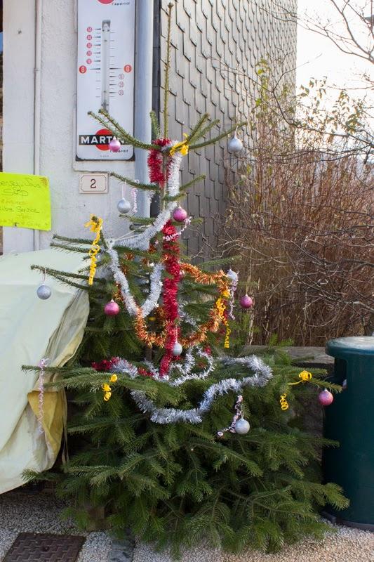 lelijke opgetuigde kerstboom