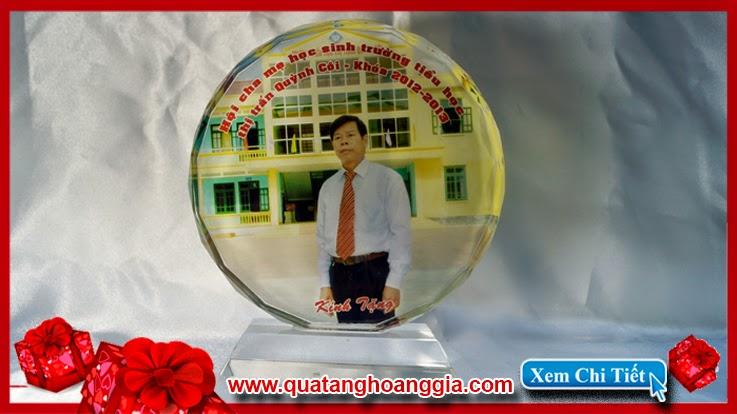 Kỷ niệm chương pha lê hình tròn thường được lựa cho làm quà tặng lưu niệm nhân ngày họp lớp
