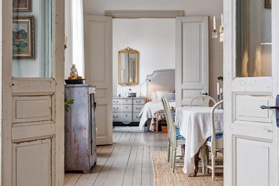 Bello interior de una antigua casa estilo shabby chic for Puertas para casas antiguas