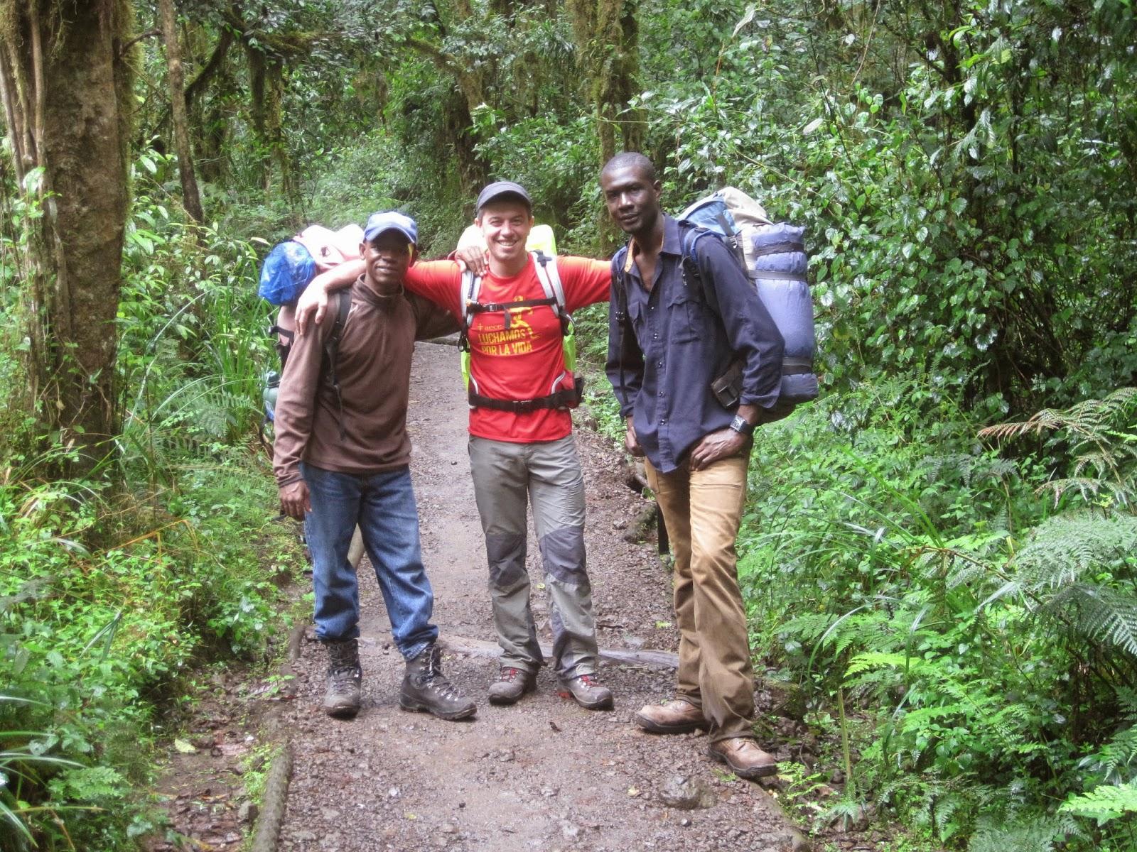 ENLACIMA-Lipe-con-dos-guías-tanzanos-Kilimanjaro-Ruta-Machame