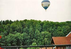 春夏秋,热气球经常飘过房顶。