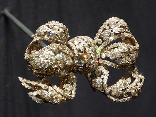 Queen Mary's Dorset bow brooch in a Royal Welcome  2015 exhibition at Buckingham  Palace   Photo © Andrew Knowles