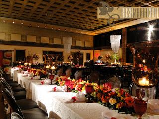 mesa família, toalha de linho bordada, flores coloridas, taça bico jaca vermelha, lustra cascata