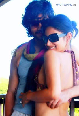 Foto Hot Mesra Seksi Bikini Mouni Roy bersama mantan kekasihnya Artis Pemeran Dewi Sati di Mahadewa