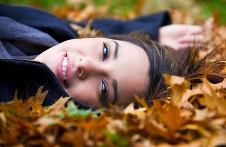 Belle femme dans l'automne