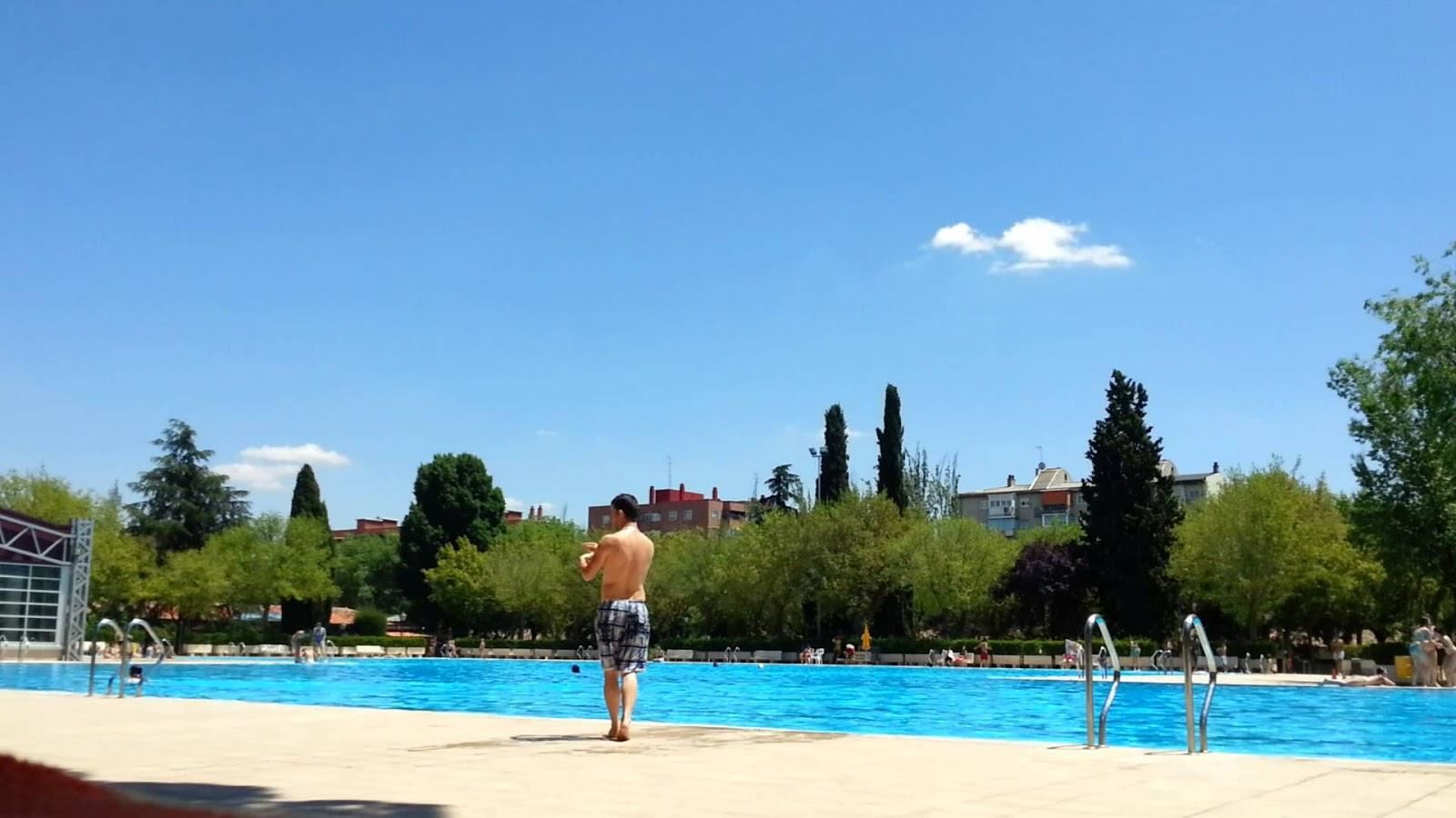 La piscina de verano de aluche abri el 30 de mayo y for Piscina municipal barrio del pilar