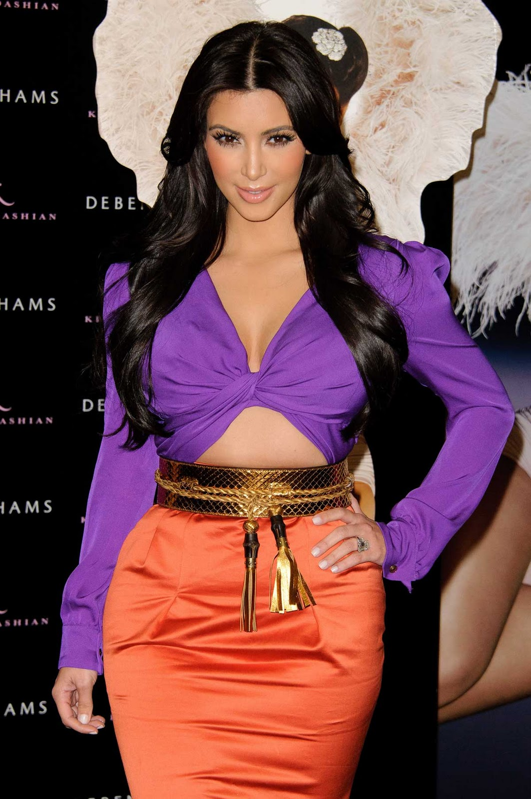 http://4.bp.blogspot.com/-CV4GBZ00AYE/TuOALRPaqpI/AAAAAAAABAc/BT3TvOVYtGg/s1600/kim_kardashian_purple.jpg