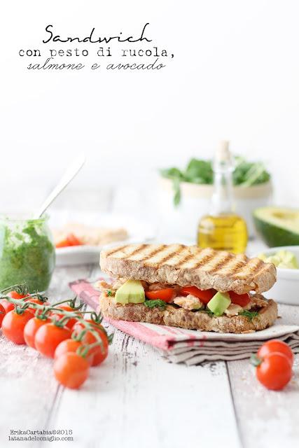 sandwich con pesto di rucola, salmone e avocado