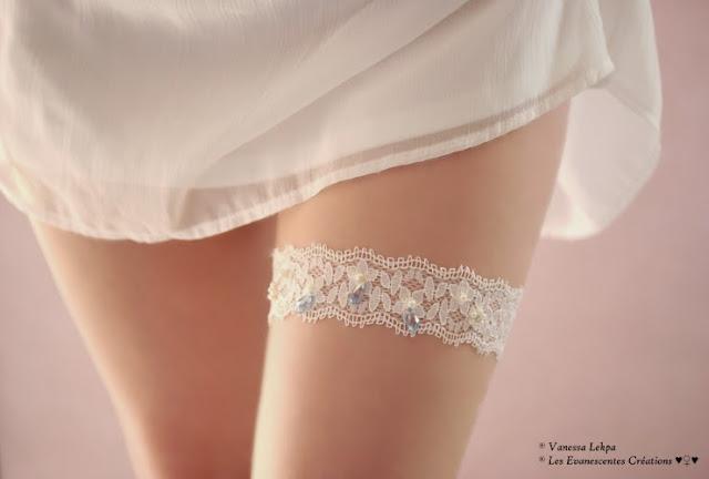 belle jarretière de mariée en dentelle de calais ivoire blanc brodé de perles nacrées et de cristal bleu