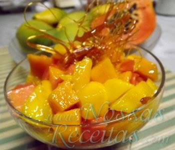 receita de salada de frutas preparada com manga e papaia