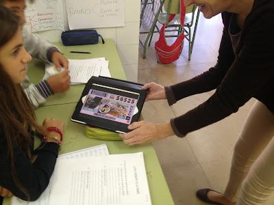 En la imagen Marga enseña una imagen del cupón usando la tablet
