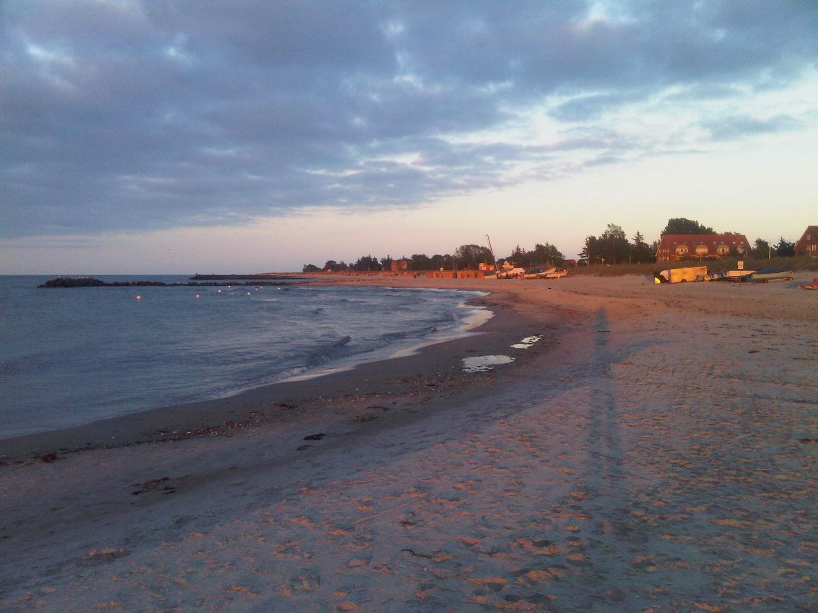 Strand von Kalifornien bei Sonnenuntergang. Wellen am Ufer