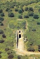 подземный купол и вход гробницы атрея, вид сверху на курган