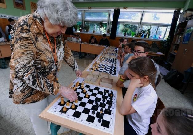 Brigitta Sinka veut battre le record des 13.545 parties d'échecs disputées en simultanée