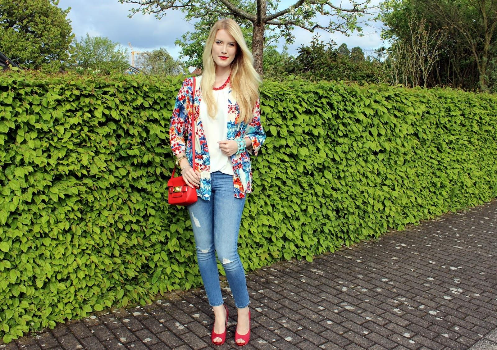 TheBlondeLion Kimono Blumen Flower Rippedjeans Heels Redlips Outfit