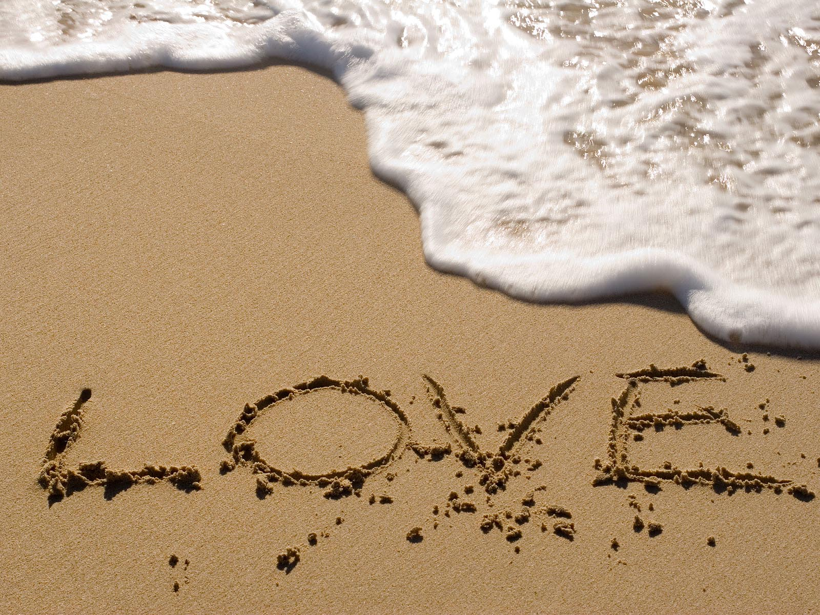 Love geschreven in het zand op het strand, en zeewater: wallpapers-achtergronden.blogspot.com/2011/11/liefde-achtergronden...