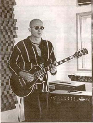 indio solari con guitarra