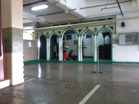 Masjid Nurul Anwar ini ada di lantai 5 pusat perbelanjaan Plaza Blok M Jakarta Pusat