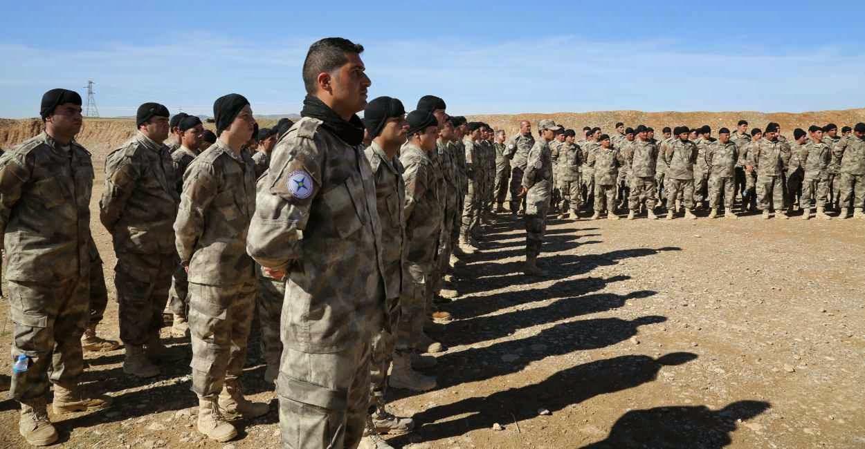 Os ocidentais de momento se integram em milícias cristãs locais, como a curda da foto.