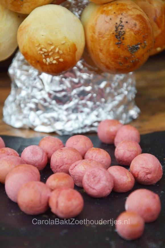 mini broodjes gekleurd met natuurlijke kleurstoffen