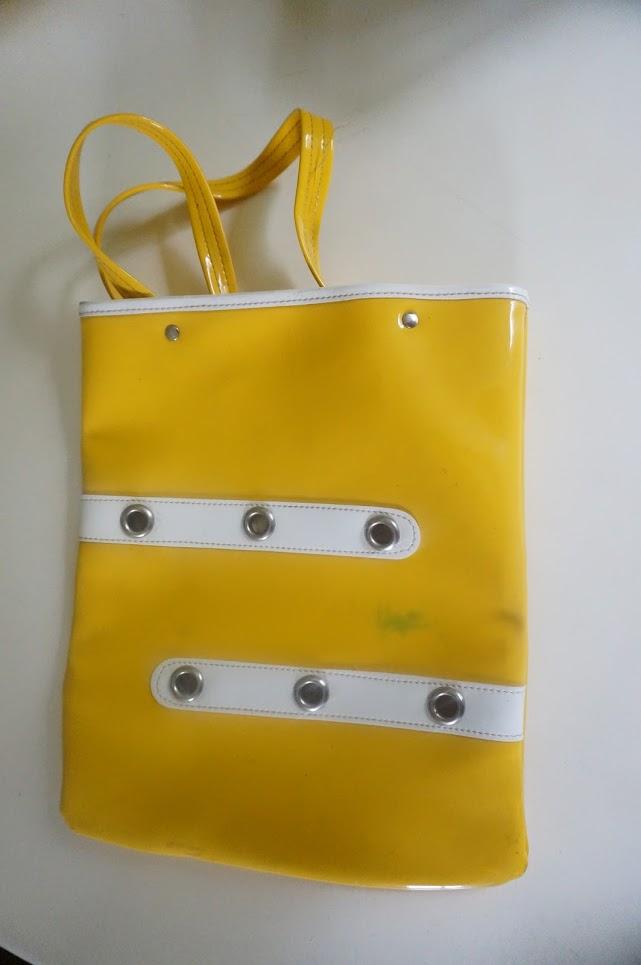 sac vintage années 60 70 en vinyl jaune   (Si vous avez un tuyau pour enlever les traces de feutres sur du vinyl , je suis preneuse ) ...annes 60 70   yellow vinyl tote bag 1960 1970 60s 70s