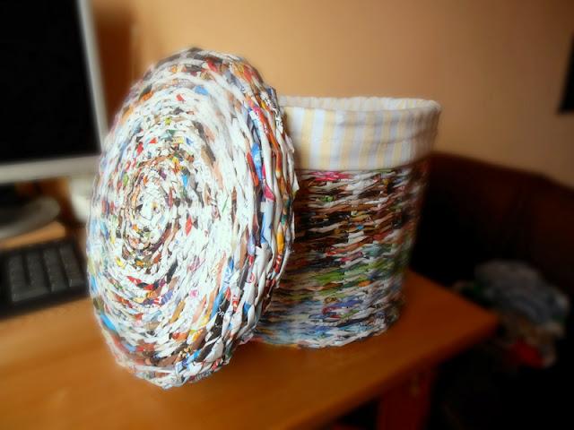 Простой способ сплести круглую корзину с крышкой из журнальных трубочек