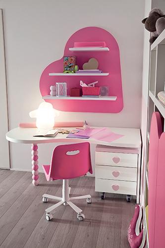 Una libreria e una scrivania con tanti cuori e cuoricini rosa e fucsia