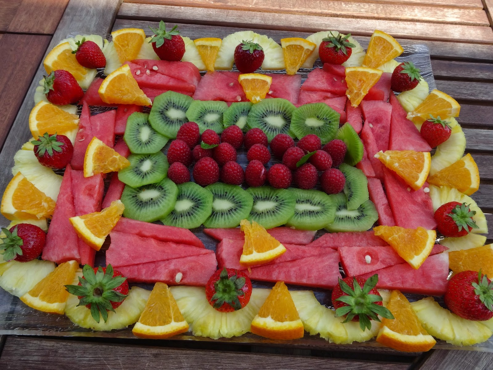 Plateau de fruits frais la cuisine de chris for Decoupe fruit decoration