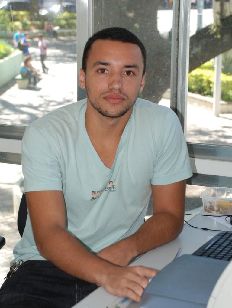 """Matheus dos Santos: """"As pessoas podem vir pra cá e fazer pesquisar ou usar a internet até para se divertir, acessando jogos ou redes sociais"""""""