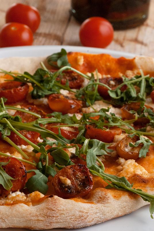 pizza-con-tomates-cheery-queso-de-cabra-y-rúcula