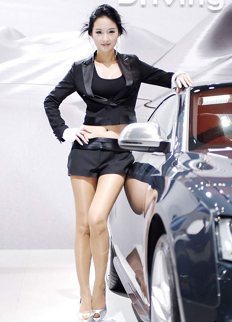 Struggles To Hang On To The Auto Show Girlsautos - Asian car show girls