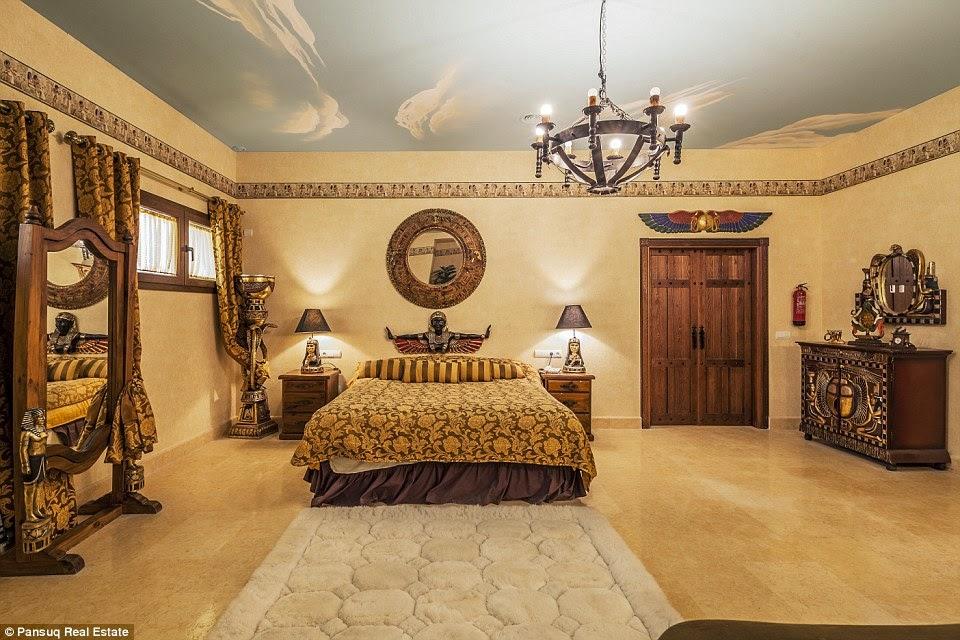 أحد غرف الضيوف بالطابع الفرعوني
