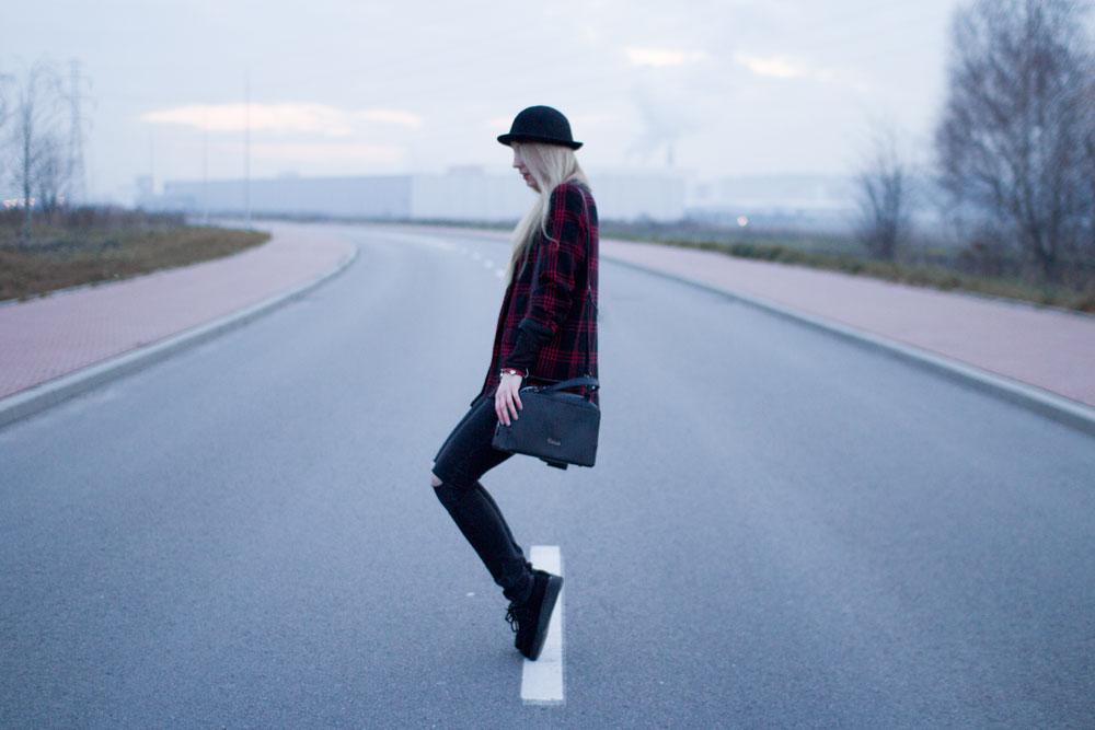 Blog modowy, lifestyle, kosmetyczny. Podarte spodnie, ripped jeans, kapelusz, hat, lace bra, koronkowy stanik, płaszcz z second handu, coat, czarny w czerwoną kratkę, creepersy.