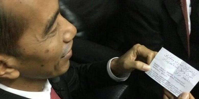 Lipatan Kertas Di Jas Jokowi Ternyata Doa Dari Ibunya