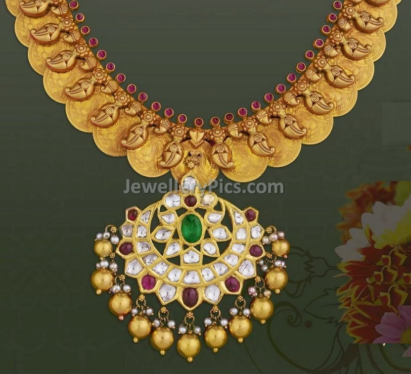 gold kasumala with queen carved coins