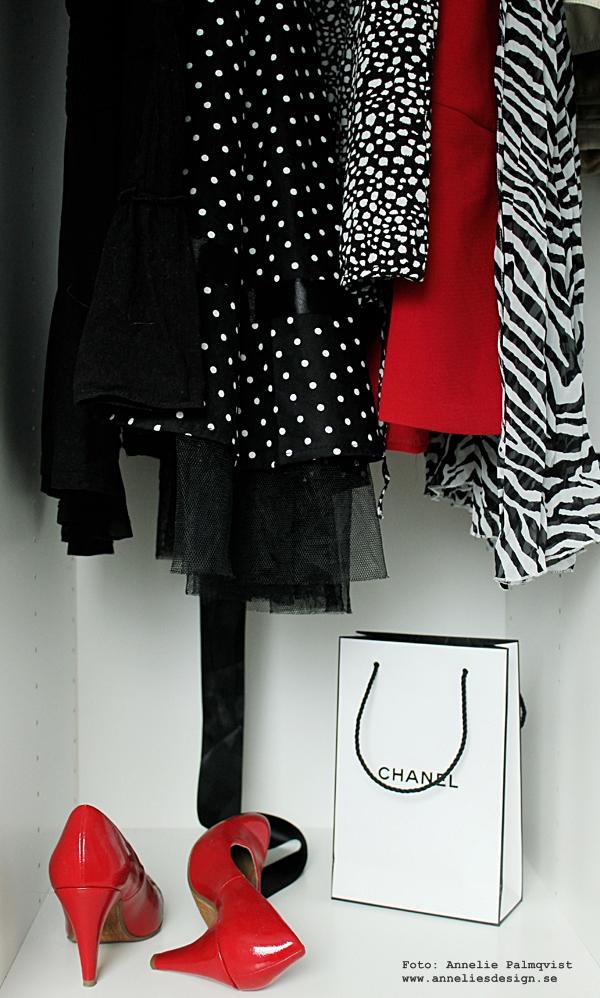 svart vitt och rött, walk in closet, kläder, inredning, öppen garderob, garderober, klänningar, högklackade skor, pumps, rött, röda, röd, svart, svarta, vitt, vit, vita, chanel, påse, påsar, zebra,
