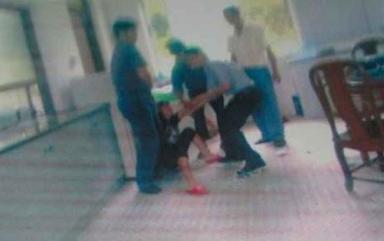 Agentes da planificação oficial prendem Zhong Xuexiang para força-la a abortar, em 21 de janeiro 2014