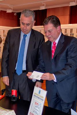 Jaime Rojo y Alfredo Canteli con el sobre matasellado de la Cocina Económica
