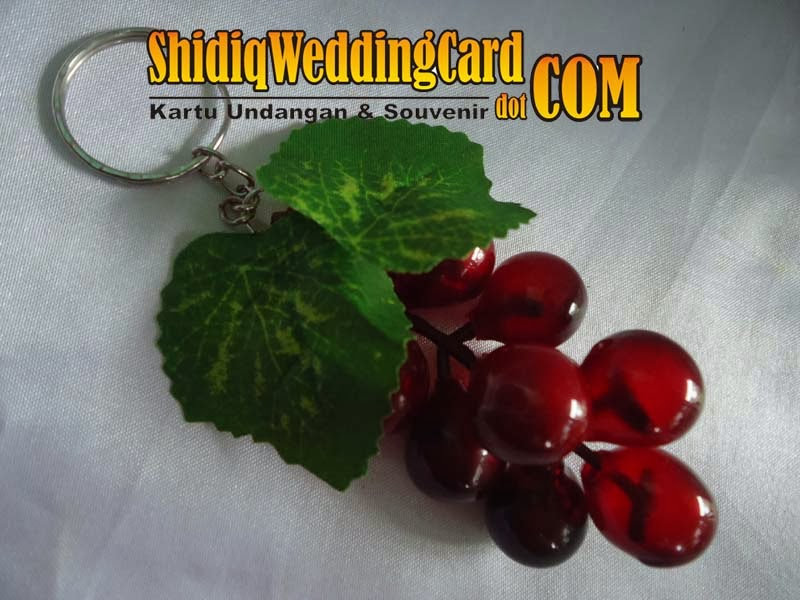 http://www.shidiqweddingcard.com/2014/02/souvenir-gantungan-kunci-anggur-besar.html