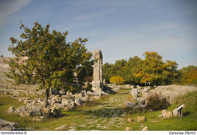 Fotografia della via Flaminia nel sito archeologico di Carsulae
