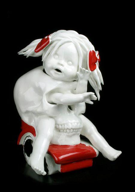 Maria Rubinke esculturas porcelana surreais sangue crianças macabras Caveira